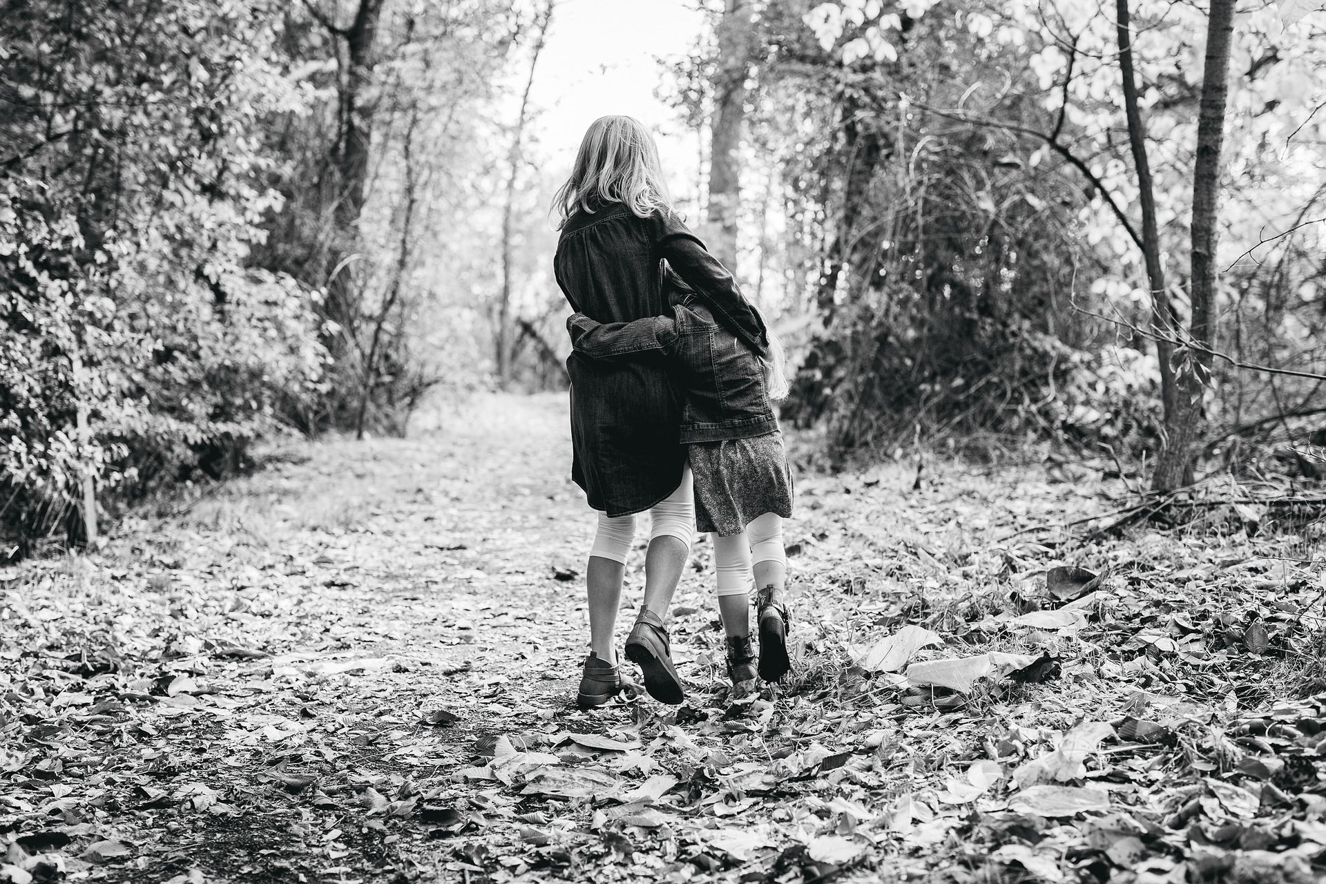 mère et fille forêt noir et blanc